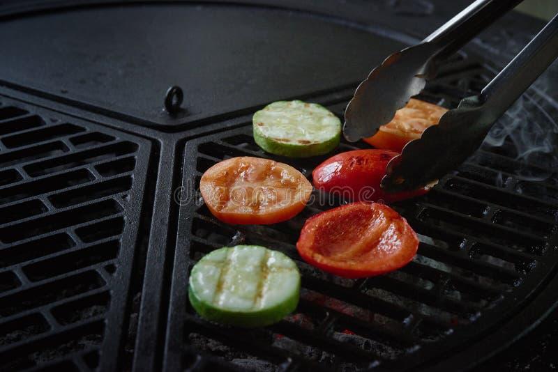 Vegetais na grade barbecue A vista da parte superior imagem de stock royalty free