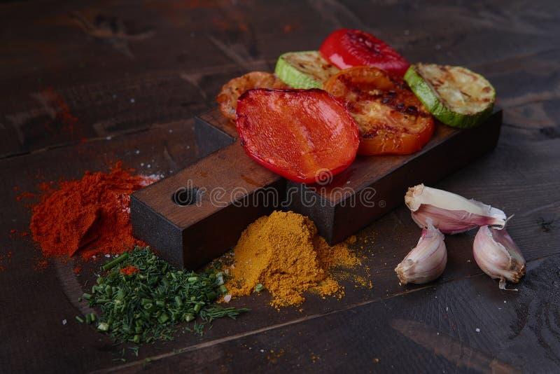 Vegetais na grade barbecue A vista da parte superior imagens de stock