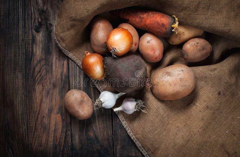 Vegetais na madeira Bio alimento, ervas e especiarias saudáveis fotografia de stock