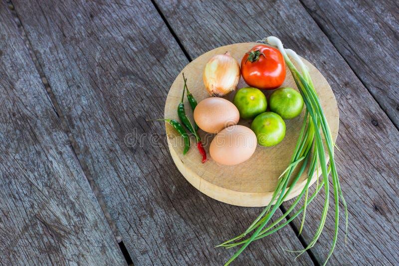 Vegetais na placa de estaca imagens de stock royalty free