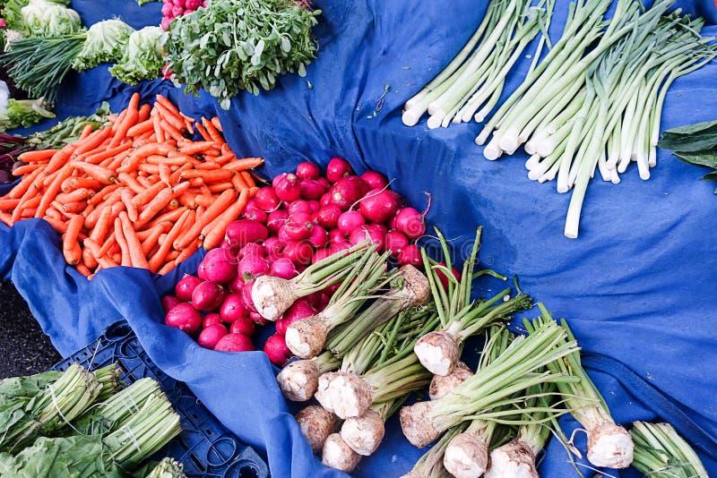 Vegetais no bazar público fotos de stock royalty free