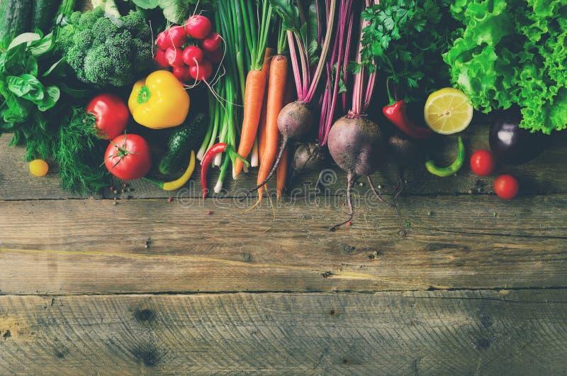 Vegetais no fundo de madeira Bio alimento biológico, ervas e especiarias saudáveis Conceito cru e do vegetariano ingredientes foto de stock