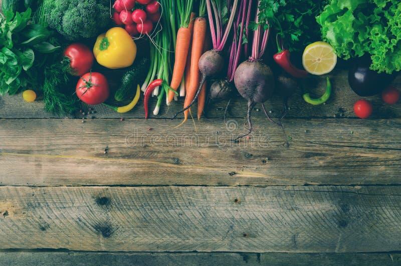 Vegetais no fundo de madeira Bio alimento biológico, ervas e especiarias saudáveis Conceito cru e do vegetariano ingredientes fotografia de stock