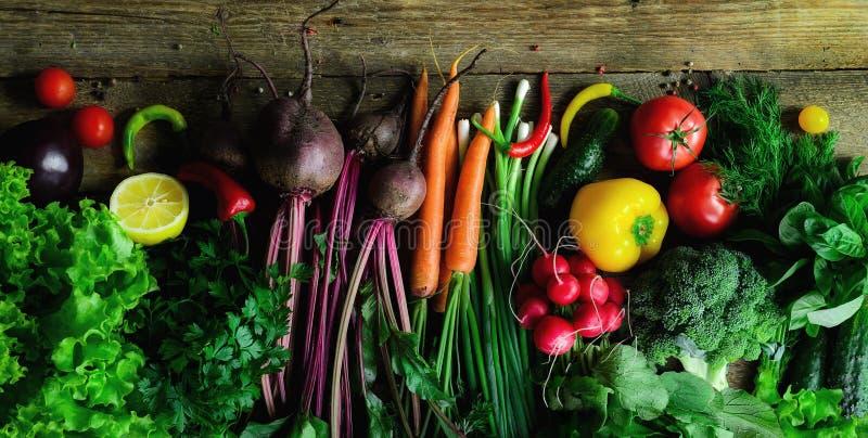 Vegetais no fundo de madeira Bio alimento biológico, ervas e especiarias saudáveis Conceito cru e do vegetariano ingredientes imagens de stock
