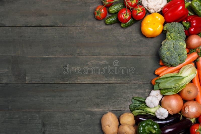 Vegetais no fundo de madeira com espaço para o texto. Alimento biológico. imagem de stock royalty free