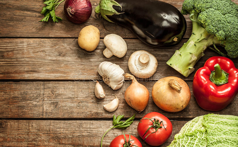 Vegetais no fundo de madeira do vintage - colheita do outono fotos de stock