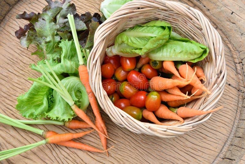 Download Vegetais orgânicos foto de stock. Imagem de fresco, tomate - 65580346