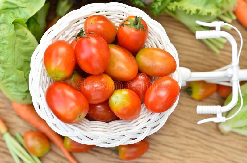 Download Vegetais orgânicos foto de stock. Imagem de comer, tomate - 65580504