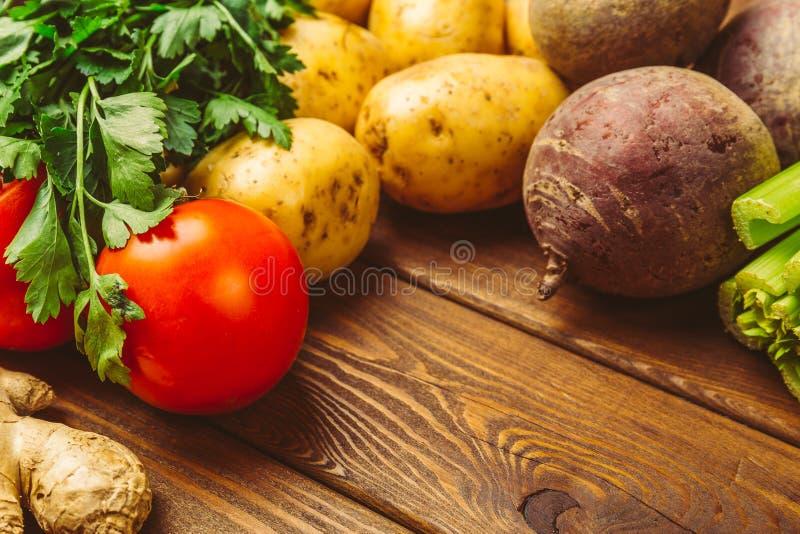 Vegetais orgânicos crus frescos em um fundo de madeira: tomates, batatas, salsa, beterrabas imagens de stock royalty free