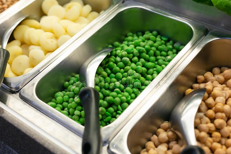Vegetais orgânicos da barra de salada e feijão verde, conceito saudável foto de stock