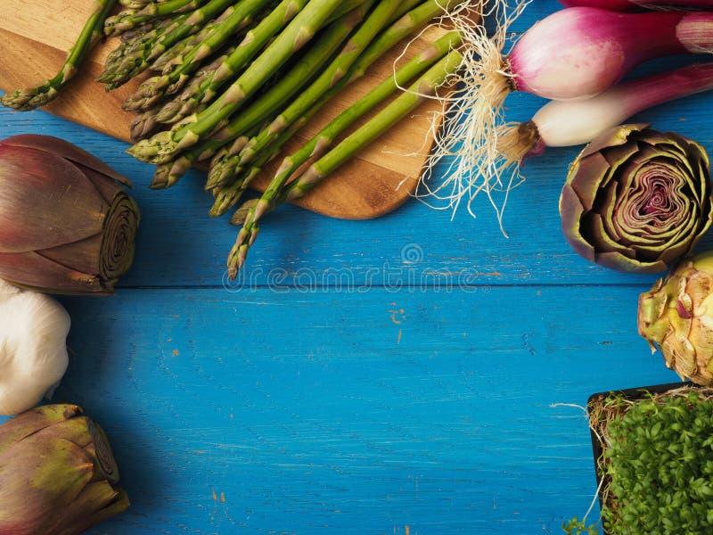 Vegetais orgânicos em uma tabela de madeira imagem de stock