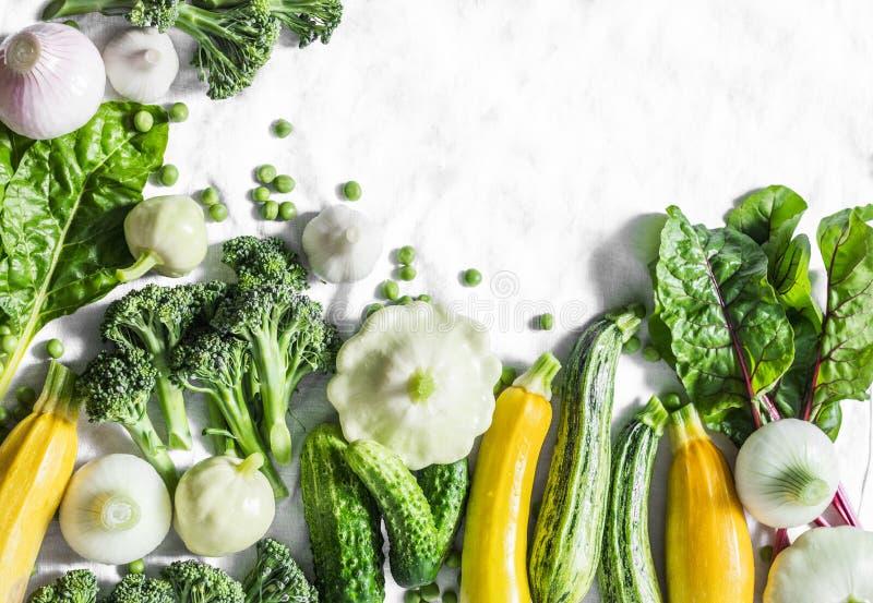 Vegetais orgânicos frescos - abobrinha, polpa, pepinos, brócolis, cebolas, alho, acelga, ervilhas verdes em um fundo claro com bo fotos de stock