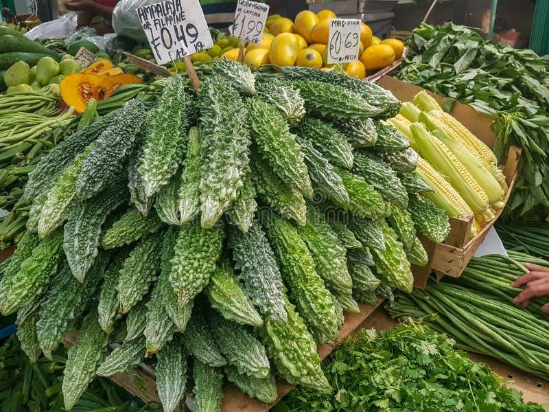 Vegetais orgânicos frescos em um mercado fotografia de stock royalty free