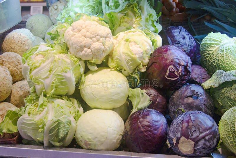 Vegetais orgânicos frescos no escudo do mercado fotos de stock royalty free