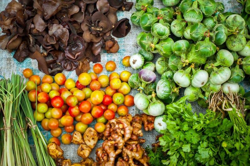 Vegetais orgânicos frescos no mercado asiático fotos de stock