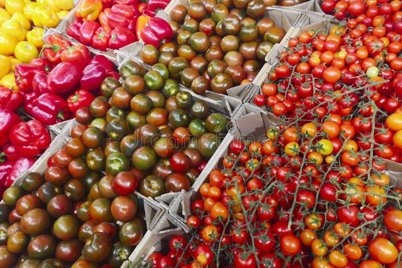 Vegetais orgânicos frescos no supermercado, mercado dos fazendeiros Alimento saudável Vitaminas e minerais Tomates, capsicum, pep foto de stock