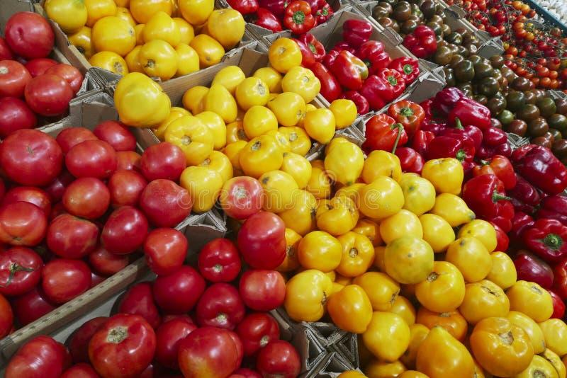 Vegetais orgânicos frescos no supermercado, mercado dos fazendeiros Alimento saudável Vitaminas e minerais Tomates, capsicum, pep fotografia de stock