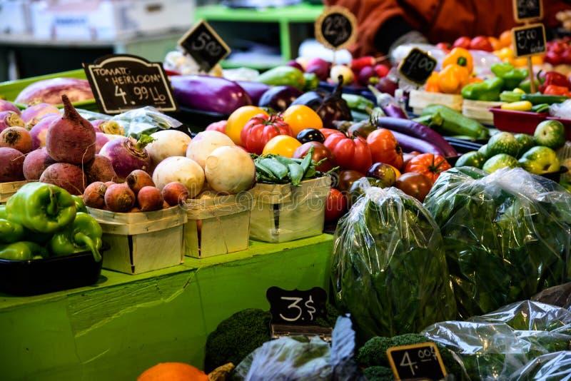 Vegetais orgânicos frescos saudáveis coloridos no mercado do ` s do fazendeiro fotos de stock royalty free