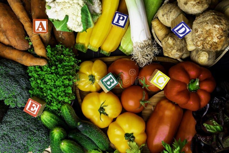 vegetais orgânicos ricos na vitamina como A, B, C, D, P, E imagens de stock