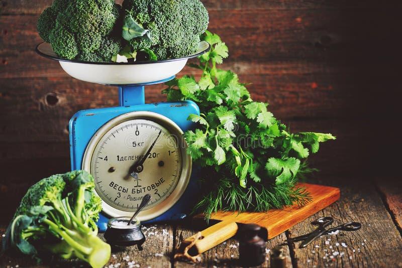 Vegetais orgânicos saudáveis brócolis e couve-de-milão em escalas mecânicas soviéticas velhas Estilo rústico do vintage fotos de stock