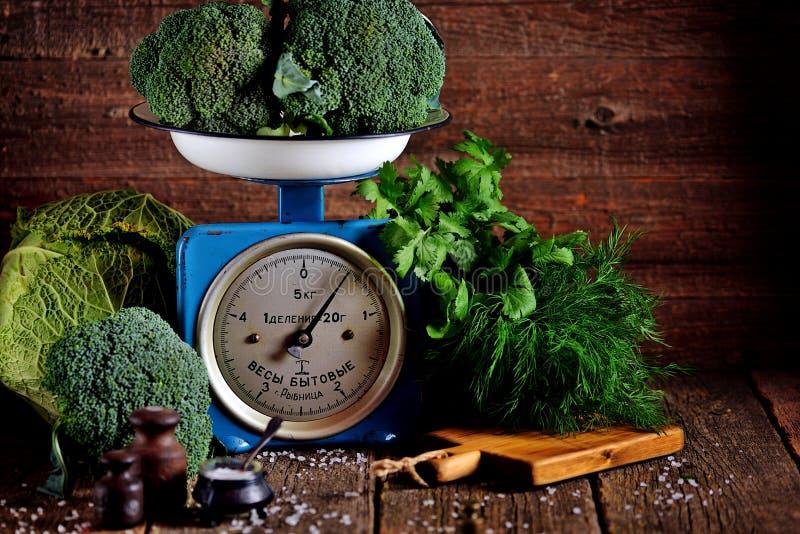 Vegetais orgânicos saudáveis brócolis e couve-de-milão em escalas mecânicas soviéticas velhas Estilo rústico do vintage foto de stock royalty free