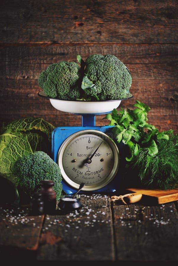 Vegetais orgânicos saudáveis brócolis e couve-de-milão em escalas mecânicas soviéticas velhas Estilo rústico do vintage foto de stock