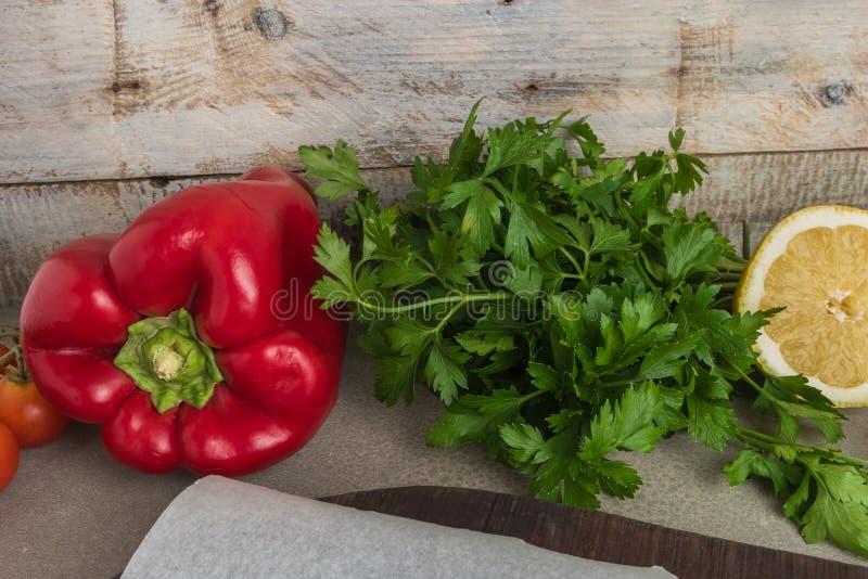 Vegetais orgânicos saudáveis frescos sortidos Salsa, tomates vermelhos fotos de stock