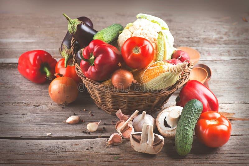 Vegetais orgânicos saudáveis na cesta fotografia de stock royalty free