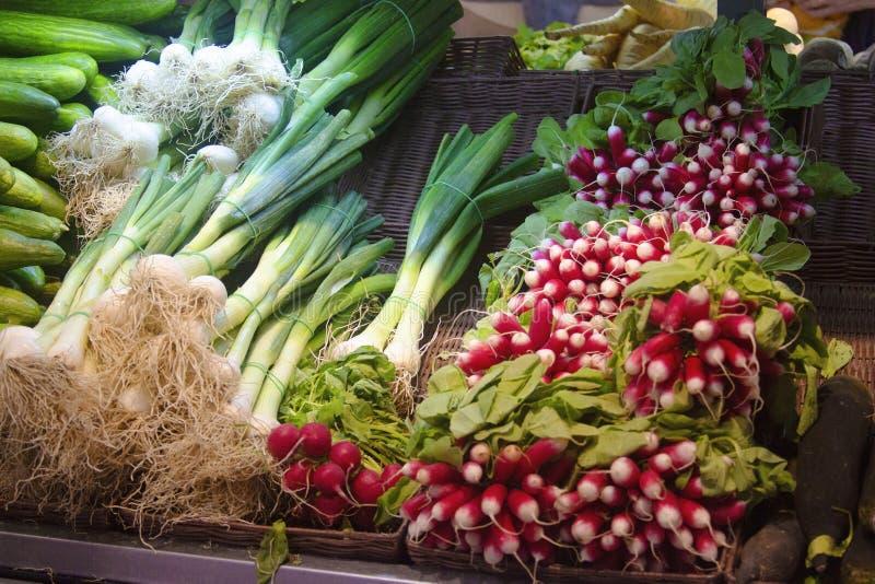 Vegetais org?nicos frescos no escudo do mercado imagem de stock