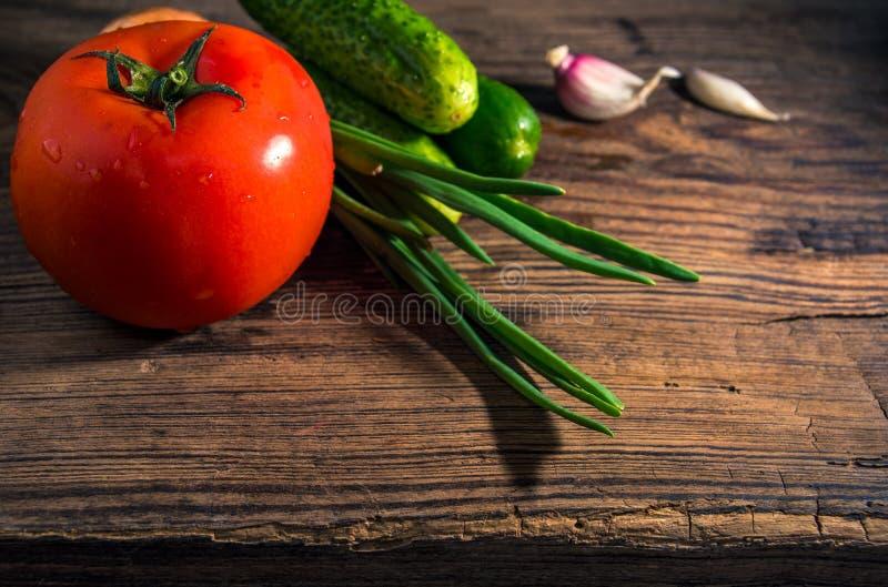 Vegetais org?nicos frescos para a salada no fundo r?stico Tomate, pepinos, close-up das cebolas foto de stock