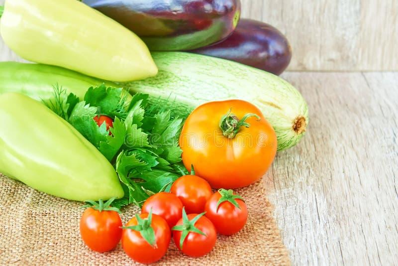 Vegetais org?nicos na madeira Fundo saudável do alimento, com espaço da cópia imagens de stock