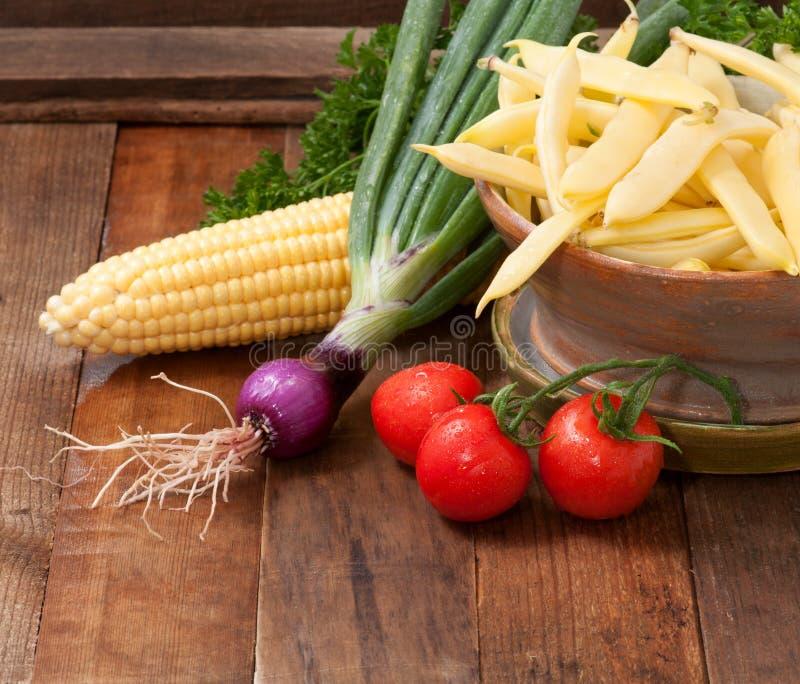 Vegetais recentemente escolhidos no fundo de madeira rústico fotos de stock royalty free