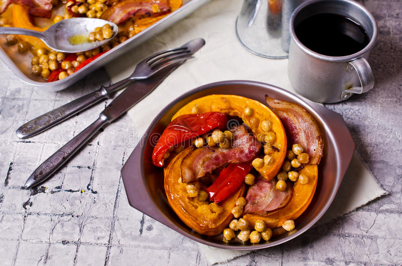 Vegetais Roasted com bacon fotografia de stock royalty free