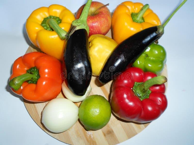 Vegetais saud?veis: pimentas alaranjadas e vermelhas, beringelas imagem de stock