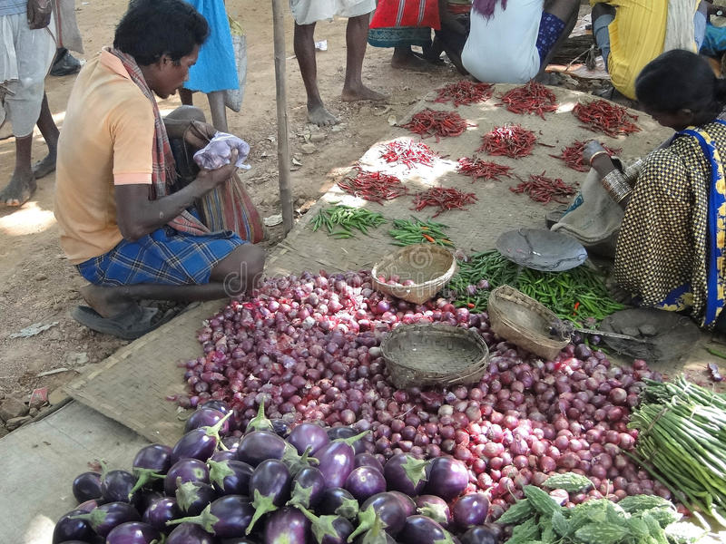 Vegetais tribais da venda dos aldeões foto de stock royalty free