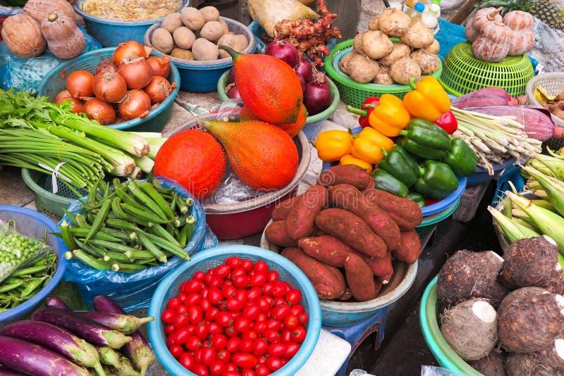 Vegetais vendidos no streetmarket em Vietname imagens de stock