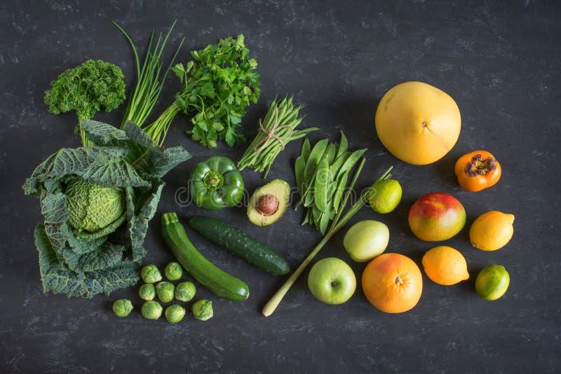 Vegetais verdes e frutos exóticos fotografia de stock royalty free