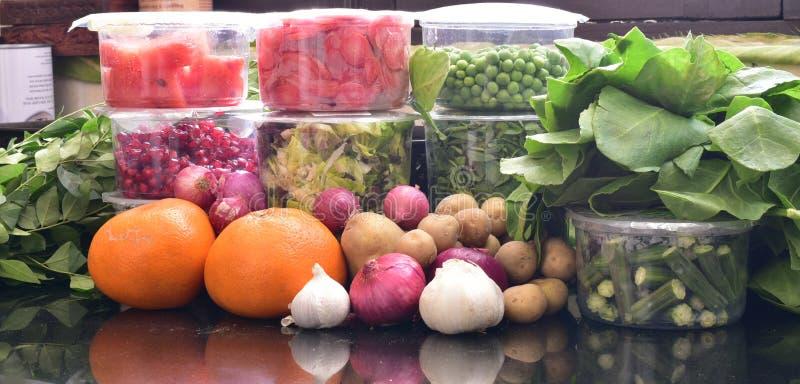 Vegetais verdes frescos na embalagem e com cebola, batatas, alho e laranjas, compras na mercearia, necessidades diárias imagens de stock