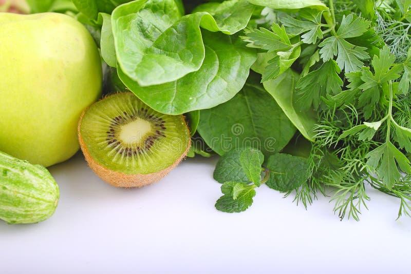 Vegetais verdes maçã, espinafre, quivi, pepino, salsa imagens de stock