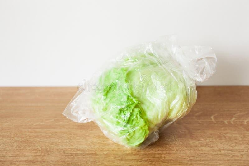 Vegetal da alface de iceberg no saco de plástico única edição do empacotamento plástico do uso fotos de stock