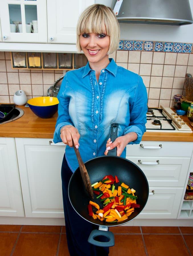Vegetal do cozinheiro da mulher imagens de stock