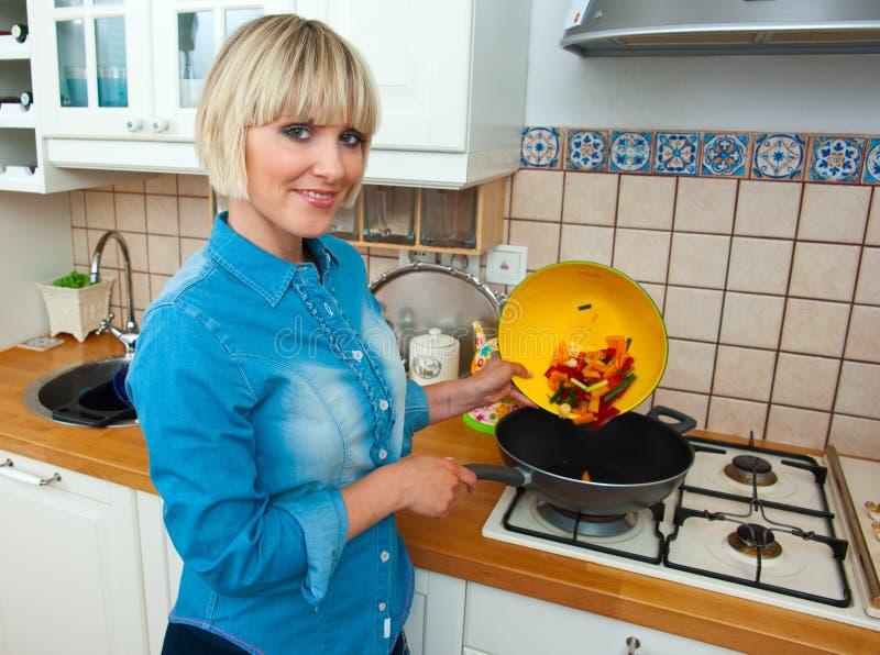 Vegetal do cozinheiro da mulher foto de stock