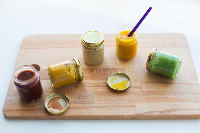 Vegetal ou puré ou comida para bebê do fruto em uns frascos fotos de stock