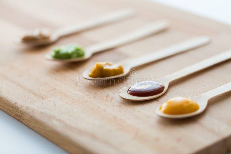 Vegetal ou puré ou comida para bebê do fruto nas colheres imagens de stock
