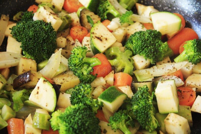 Vegetal, sauté da beringela do abobrinha do aipo da erva-doce da cenoura dos brócolis fotografia de stock
