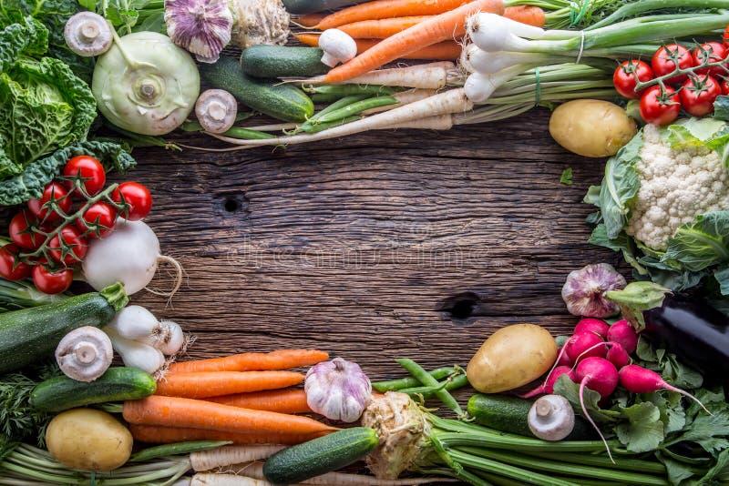 vegetal Variedade do legume fresco na tabela de carvalho velha rústica Vegetal do mercado foto de stock