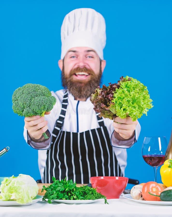 vegetari?r Rijpe chef-kok met baard Het gezonde voedsel koken Gebaarde mensenkok in culinaire keuken, Het op dieet zijn en organi royalty-vrije stock foto