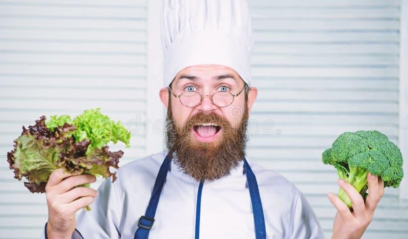 vegetari?r Rijpe chef-kok met baard Het op dieet zijn en natuurvoeding, vitamine Gebaarde mensenkok in culinaire keuken, De mens  stock foto's