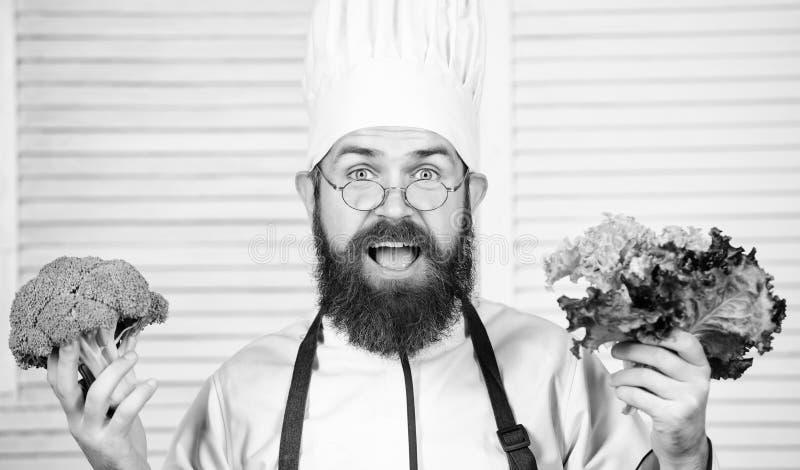vegetari?r Rijpe chef-kok met baard Het op dieet zijn en natuurvoeding, vitamine Gebaarde mensenkok in culinaire keuken, De mens  stock afbeeldingen