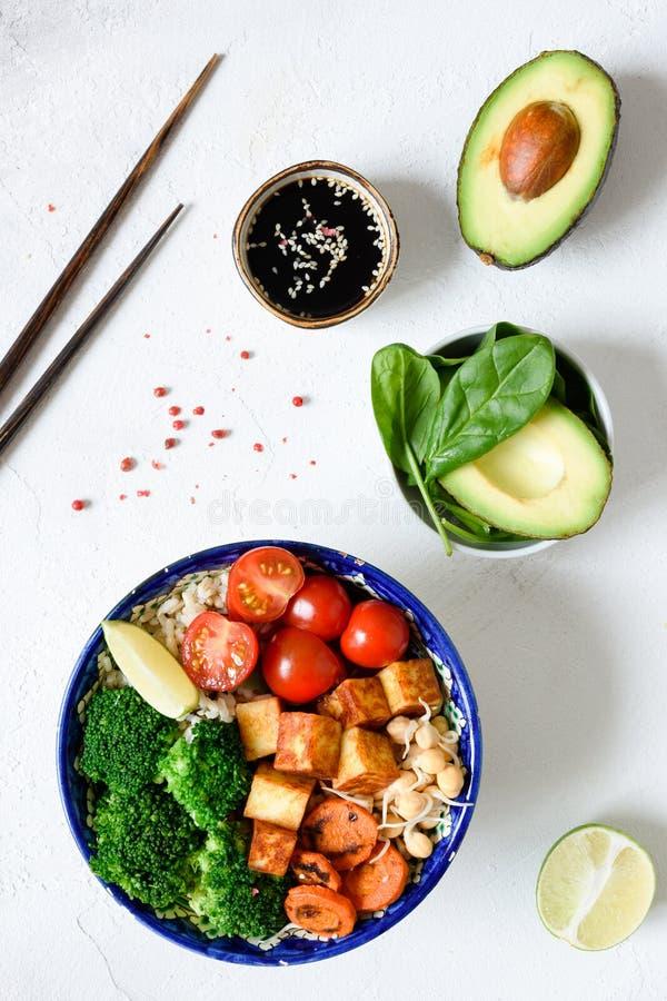Vegetarianbuddha bunke med grönsaker och tofuen royaltyfria bilder
